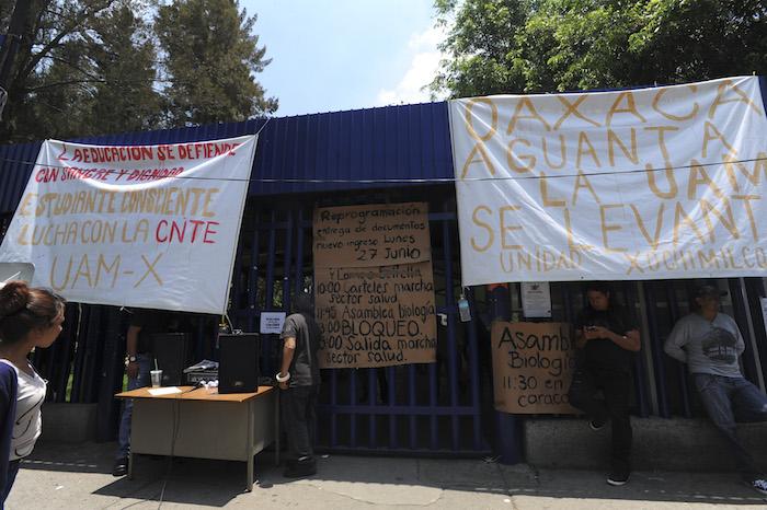 CIUDAD DE MÉXICO, 22JUNIO2016.- Alumnos y maestros pertenecientes a la Universidad Autónoma Metropolitana de Xochimilco realizan un paro de 72 horas en apoyo a la CNTE por los hechos ocurridos en Nochixtlán, Oaxaca. Alumnos salieron a las calles para entregar volantes con el objetivo de mantener informada a la ciudadanía. FOTO: ARMANDO MONROY /CUARTOSCURO.COM