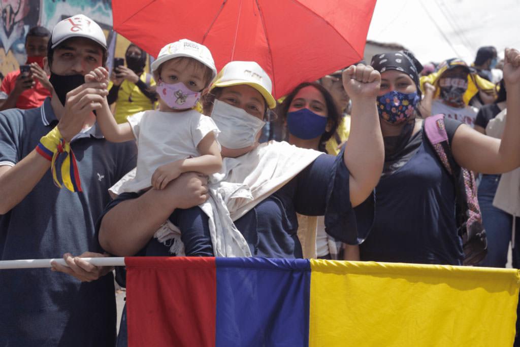 Молодая семья на баррикадах.