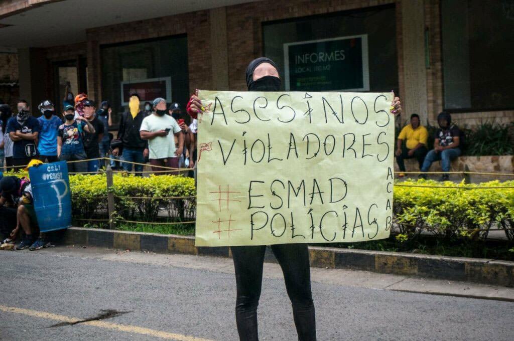 «Убийцы, насильники. #ESMAD #policias»