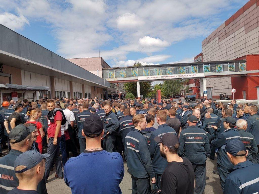 Массовый выход рабочих с завода Белшины в протест против диктатуры
