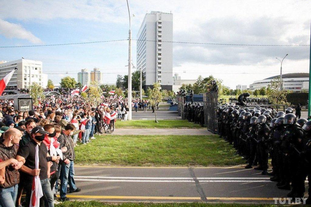 Кордоны лукашистов против демонстрантов во время одной из демонстраций в Минске